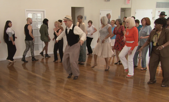Grupo de ancianos realizando actividades de baile que ayudan a reducir la degeneración de neuronas cerebrales