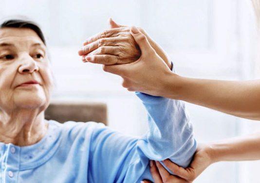 anciana recibiendo cuidados fisioterapeuticos