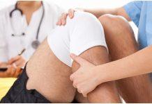 fisioterapeuta tratando una osteoartritis de rodilla