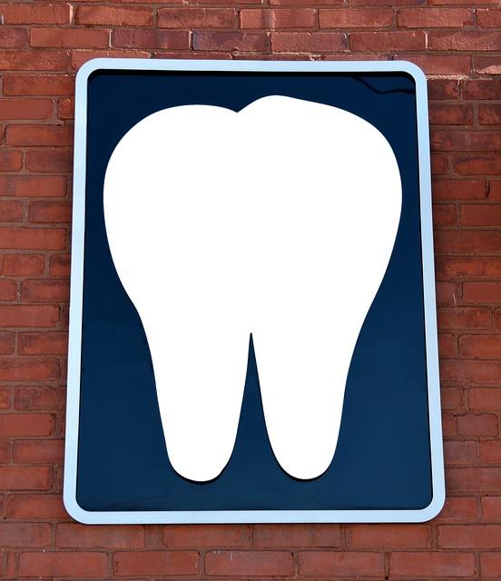 cartel de una clínica de odontología donde realizan implantes dentales