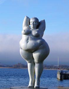 Imagen de la estatua de la mujer obesa del lago costanza. La obesidad puede incurrir en complicaciones durante el periodo de embarazo.