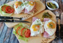 unas tablas con diferentes alimentos proteínicos