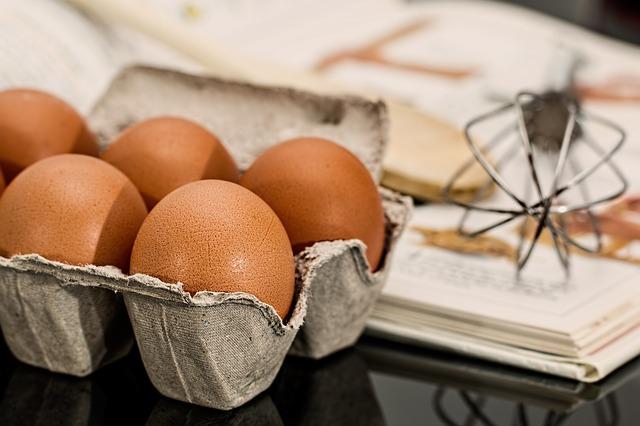 detalle de una caja con media docena de huevos