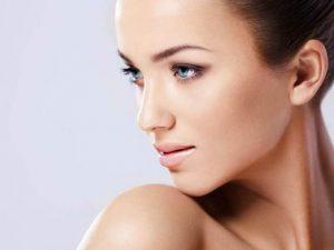 imagen de la cara de una mujer tras someterse a un tratamiento estético facial de mesoterapia.