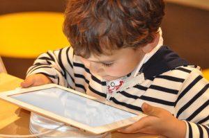 niño usando un dispositivo móvil, en este caso una tablet