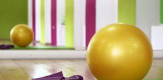 una bola y una cinta para realizar pilates
