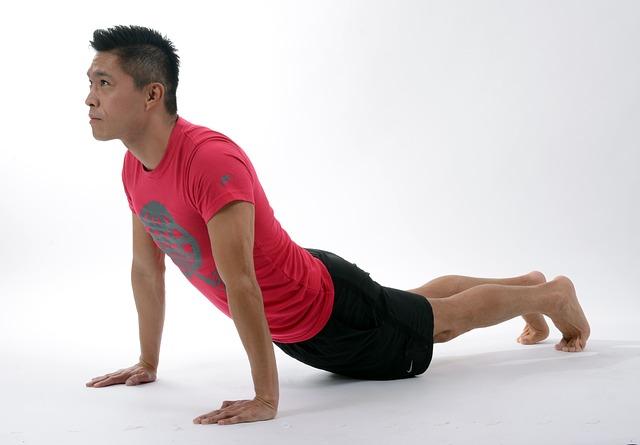 hombre realizando un ejercicio de pilates
