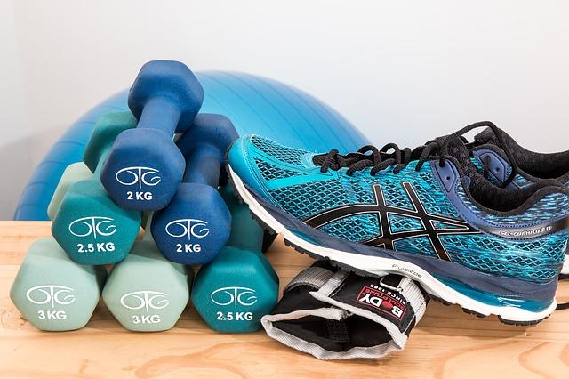 diferentes elementos para realizar pilates, pesas, calzado deportivo, una pelota, etc.