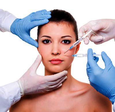 4 manos de médicos tratando a una mujer con diferentes tipos de tratamientos de medicina estética.