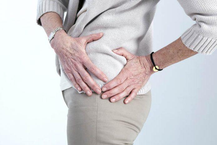 mujer tocándose la cadera. Fisioterapia trás una fractura de cadera.