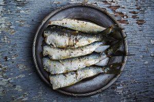 plato con varias sardinas. Una dieta con alimentos ricos en omega 3 ayuda a reducir los síntomas de la psoriasis.