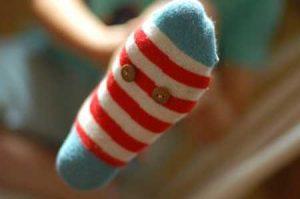 imagen de un pie con calcetines. Unos calcetines ajustados pueden causar uñas encarnadas