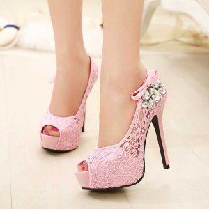 unos pies de mujer llevando unos zapatos de tacón. Un calzado inadecuado puede causar uñas encarnadas