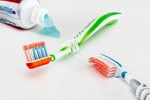 cambiar cepillo de dientes con frecuencia evita las caries.
