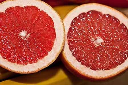 Toronja partida por la mitad. Este fruto puede ser peligroso con ciertos medicamentos.